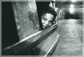 Le tunnel du centre ville noirci par les gaz d'échappement, sert de dortoir aux enfants de la rue
