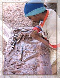 Un sculpteur dans son atelier à Ambositra