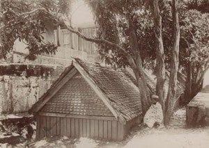 Tombeaux des sept sur dix rois qui régnèrent sur Antananarivo