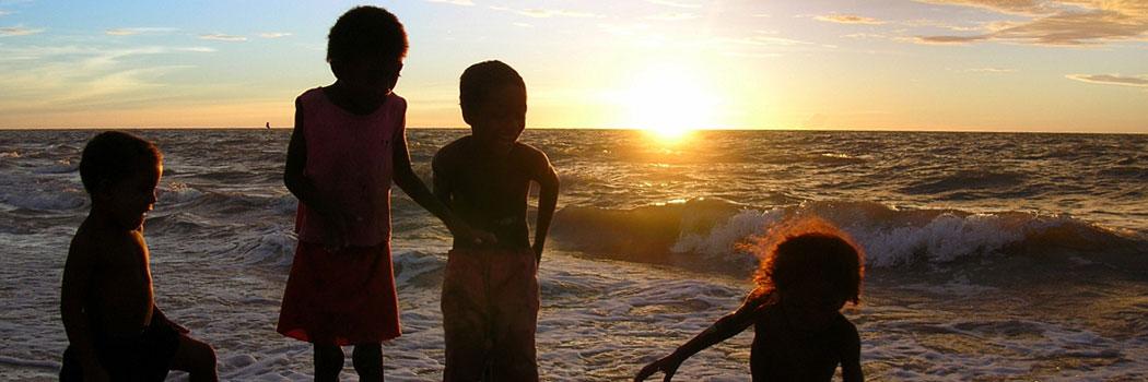 slide-madagascar-enfants-a-la-plage